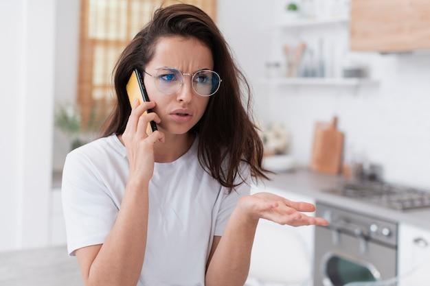 Mulher furiosa, falando ao telefone Foto gratuita