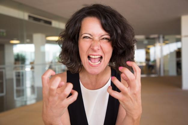 Mulher furiosa louca gritando com câmera Foto gratuita