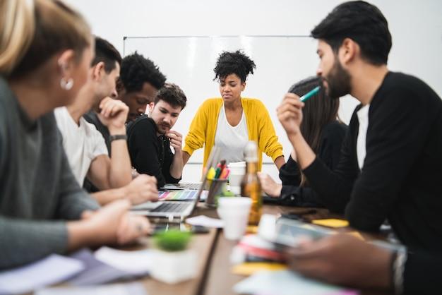 Mulher gerente liderando uma reunião de brainstorming Foto gratuita