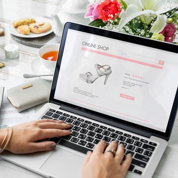 Mulher gosta de fazer compras online Foto Premium
