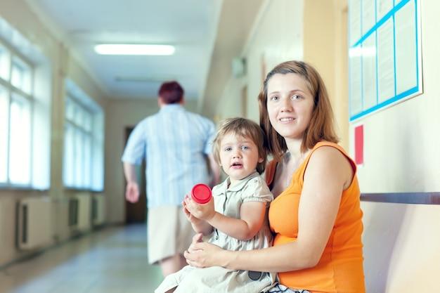 Mulher grávida e criança com amostra de análise de urina Foto gratuita