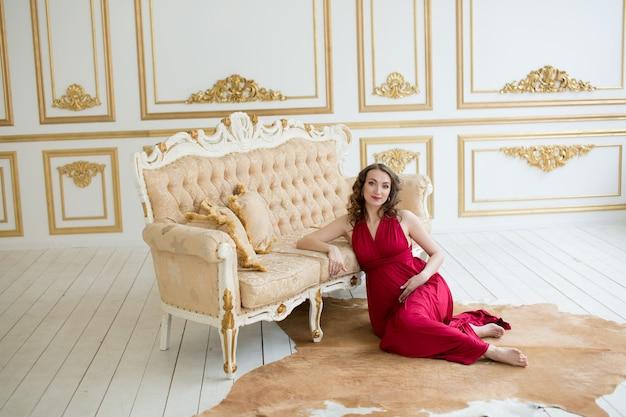 Mulher grávida em vermelho Foto Premium