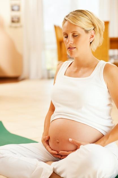 Mulher grávida, fazendo, gravidez, ioga Foto Premium