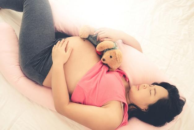 Mulher grávida feliz e bebê à espera. Foto Premium