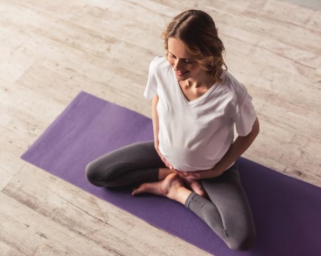 Mulher grávida malhando Foto Premium