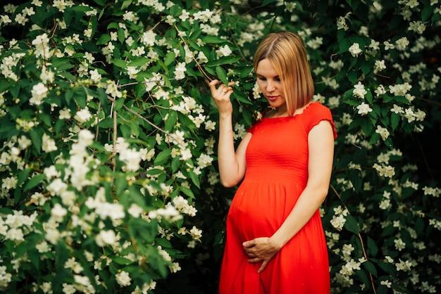 Mulher grávida, olhando baixo, tiro médio Foto gratuita