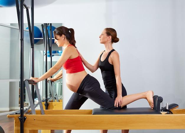 Mulher grávida pilates reformer cadillac exercise Foto Premium