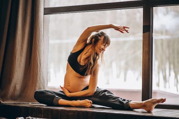 Mulher grávida, prática, ioga Foto gratuita