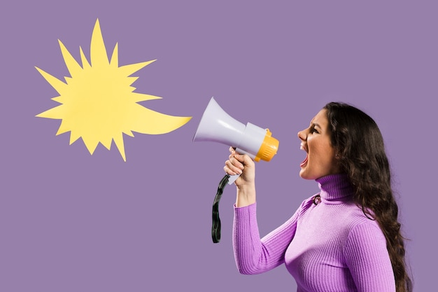 Mulher gritando no megafone e discurso bolha Foto gratuita