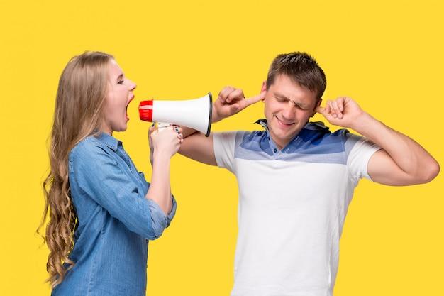 Mulher gritando nos megafones um para o outro Foto gratuita