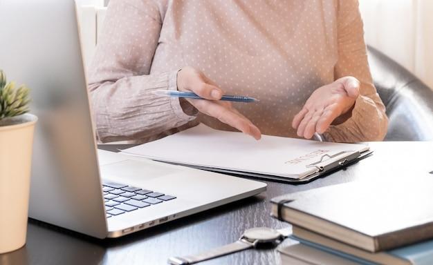 Mulher habilidosa se comunicando online, estudando à distância ou trabalhando em um escritório de recrutamento. Foto Premium