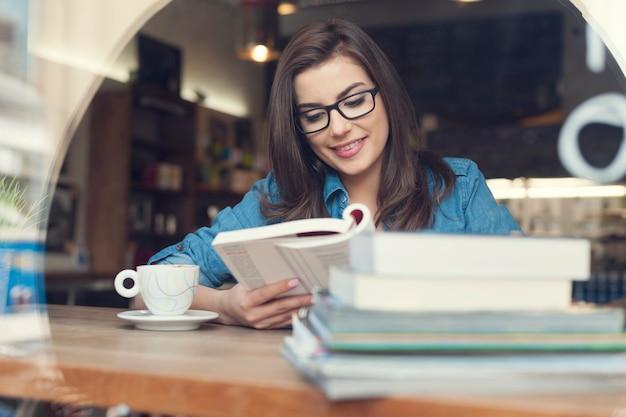 Mulher hippie estudando em um café Foto gratuita