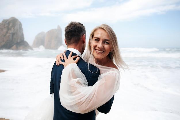 Mulher homem, abraçando, ficar, ligado, a, praia oceano Foto gratuita