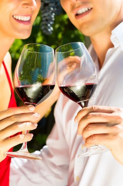 Mulher homem, em, vinhedo, bebendo vinho Foto Premium