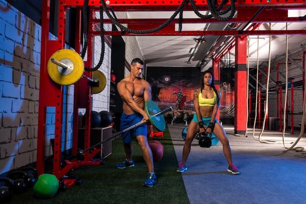 Mulher homem ginásio grupo treino de halterofilismo Foto Premium