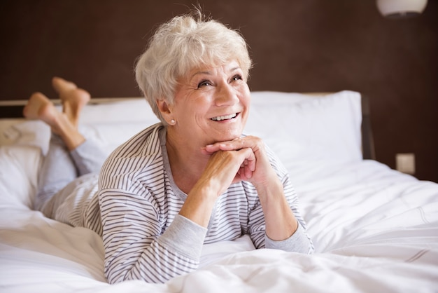 Mulher idosa bonita e relaxada Foto gratuita