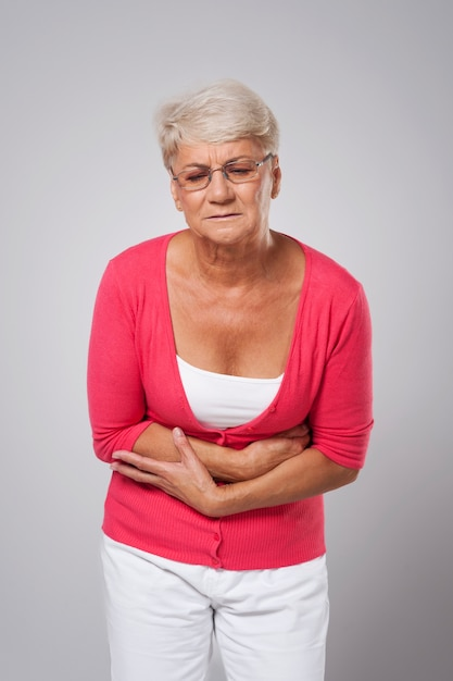 Mulher idosa com dor de estômago Foto gratuita