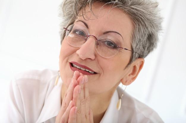 Mulher idosa com sorriso no rosto Foto gratuita