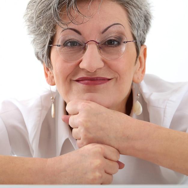 Resultado de imagem para pelos no rosto das idosas
