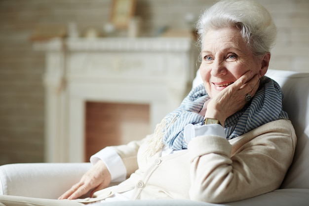 Mulher idosa com sorriso Foto gratuita