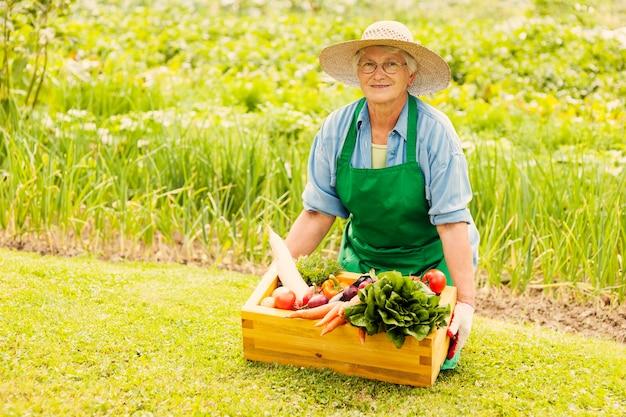 Mulher idosa com vegetais Foto gratuita