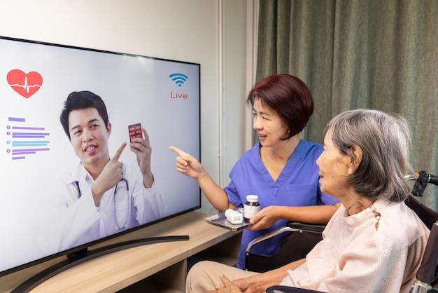 Mulher idosa conhece médico online para consultor sobre saúde. Foto Premium
