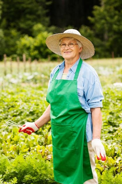 Mulher idosa jardinagem Foto gratuita