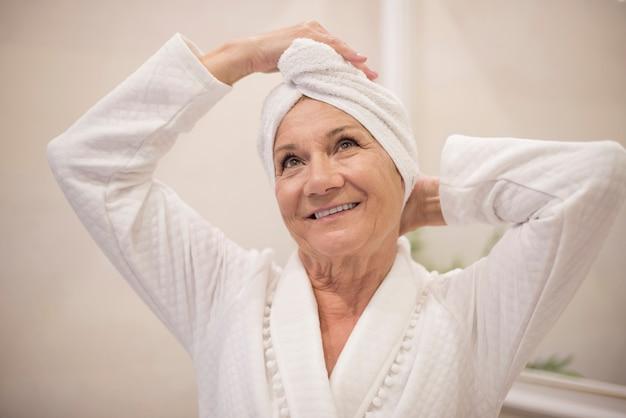 Mulher idosa no spa Foto gratuita