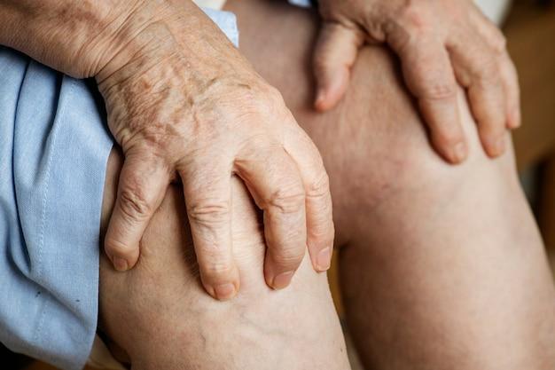 Mulher idosa, sofrimento, dor joelho Foto gratuita