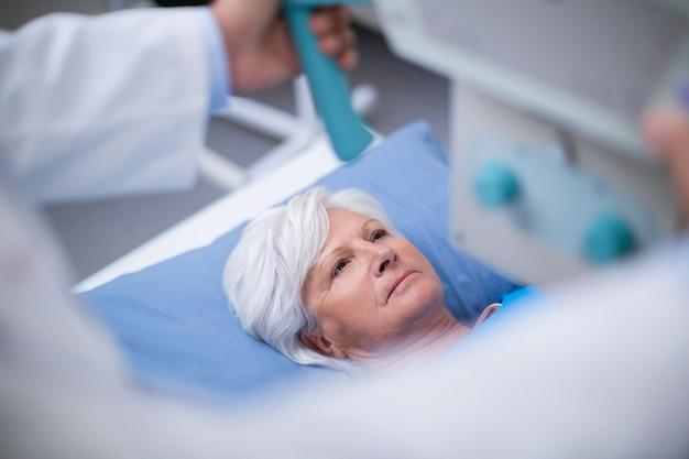 Mulher idosa submetida a um teste de raio-x Foto gratuita