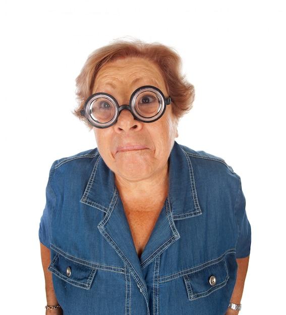 Mulher idosa surpreendida com óculos engraçados. Foto Premium