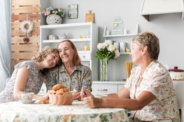 Mulher, inclinar-se, cabeça, ligado, dela, granny's, ombro, durante, café da manhã Foto gratuita
