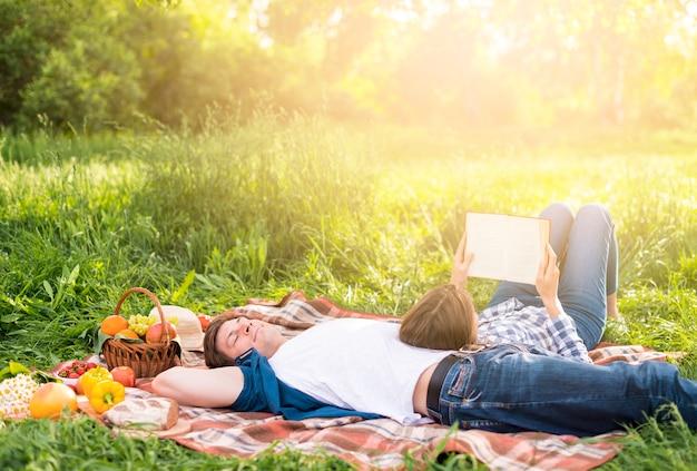 Mulher, inclinar-se, namorado, e, livro leitura Foto gratuita