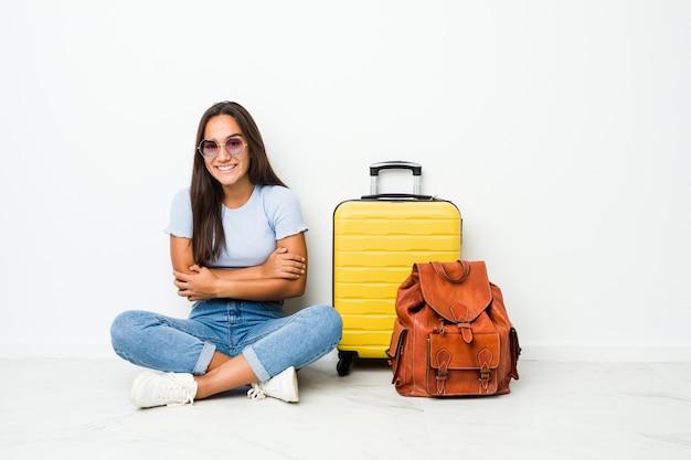 Mulher indiana de raça mista jovem pronta para ir viajar rindo e se divertindo. Foto Premium