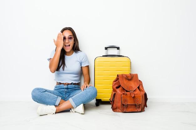 Mulher indiana de raça mista jovem pronta para ir viajar se divertindo cobrindo metade do rosto com a palma da mão. Foto Premium
