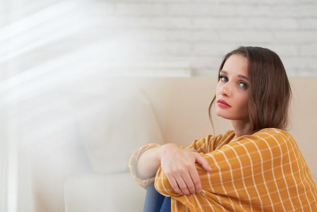 Mulher infeliz de humor depressivo, sentado em casa Foto gratuita