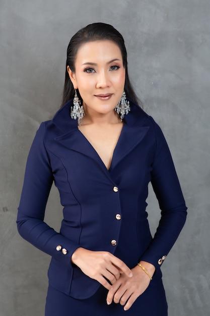 Mulher inteligente e bonita no retrato de terno de moda Foto Premium