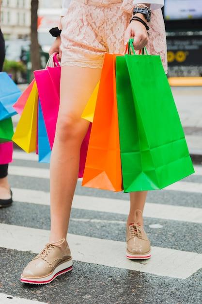 Mulher, ir estrada, com, bolsas para compras Foto gratuita