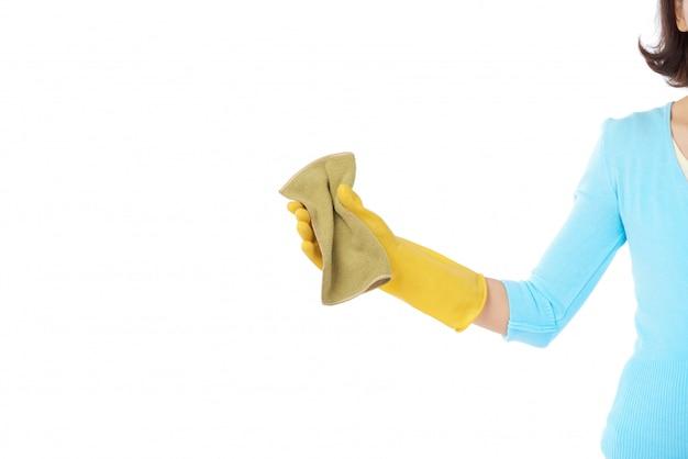 Mulher irreconhecível cortada, limpando o vidro da janela Foto gratuita