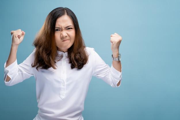Mulher irritada, gritando Foto Premium