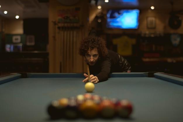 Mulher, jogando pool, em, um, barzinhos Foto gratuita