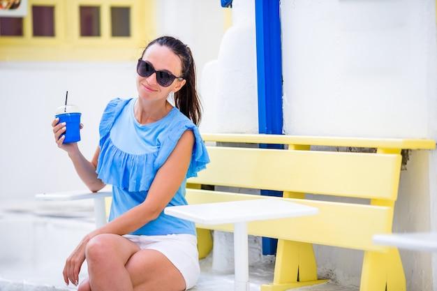 Mulher jovem, andar, em, estreito, ruas, de, antigas, grego, vila Foto Premium