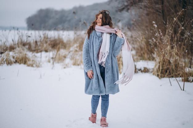 Mulher jovem, andar, em, um, parque inverno Foto gratuita