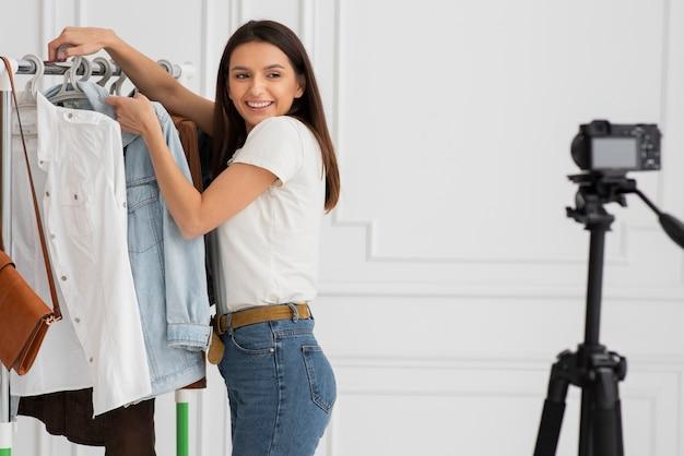 Mulher jovem, apresentando, roupa nova Foto Premium