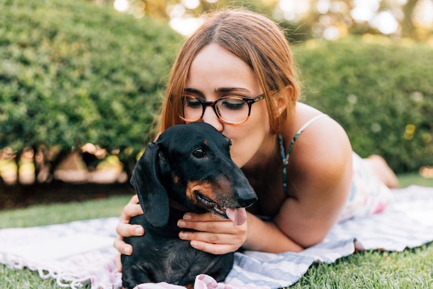 Mulher jovem, beijando, dela, cute, cão Foto gratuita