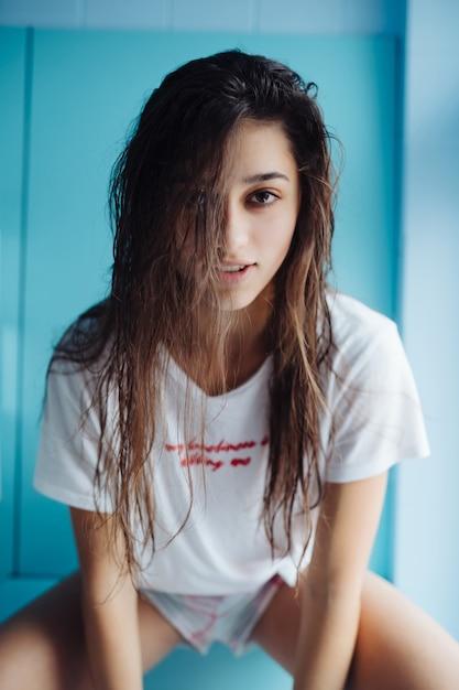 Mulher jovem bonita com cabelo molhado Foto gratuita