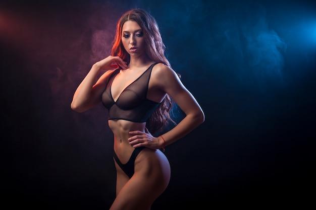 Mulher jovem bonita em lingerie preta posando Foto Premium