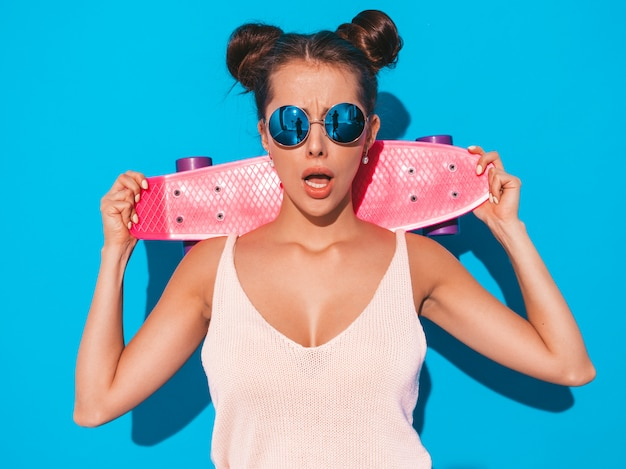 Mulher jovem bonita sexy sorridente hipster em óculos de sol. Foto gratuita