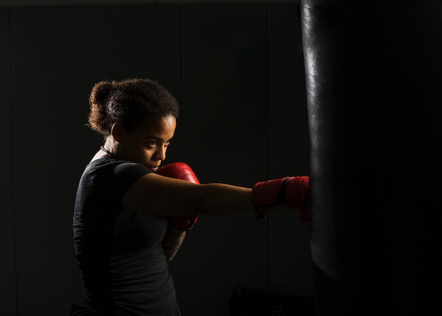Mulher jovem, boxe, em, a, ginásio Foto gratuita