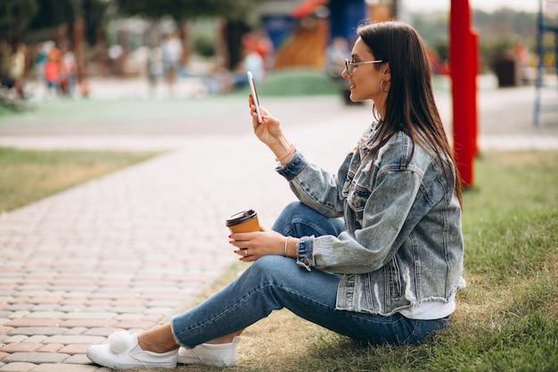 Mulher jovem, café bebendo, parque Foto gratuita
